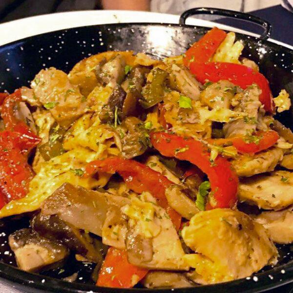 Salteado de verduras y tacos Heura mediterráneos